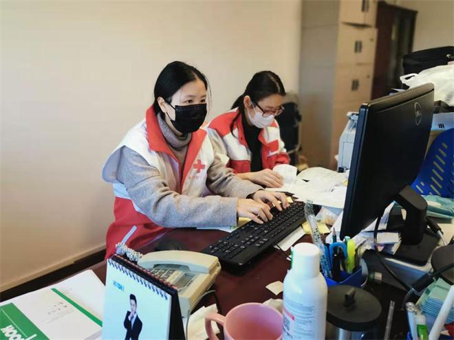 张小芳在嘉兴红十字会协助财务整理捐赠清单.jpg