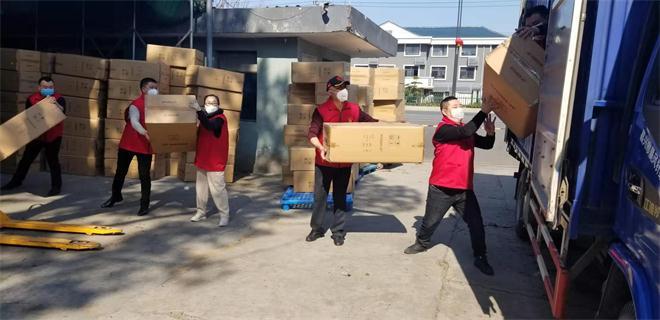 刘玉艳帮忙搬运捐赠物资以及协助社区排查、消毒和跟踪登记.jpg